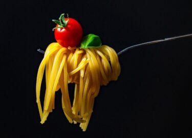 イタリアでスパゲティを食べるのにスプーンを使うのは?