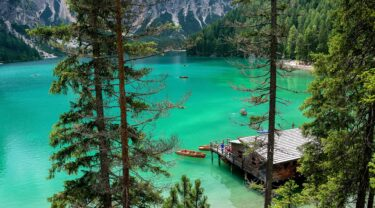 世界遺産ドロミーティの綺麗な湖とスキーマウンテン